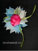 Зажим Роза на молочно-голубом