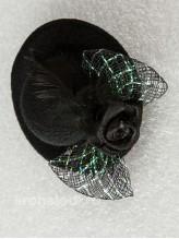 Зажим Шляпка с пером черная